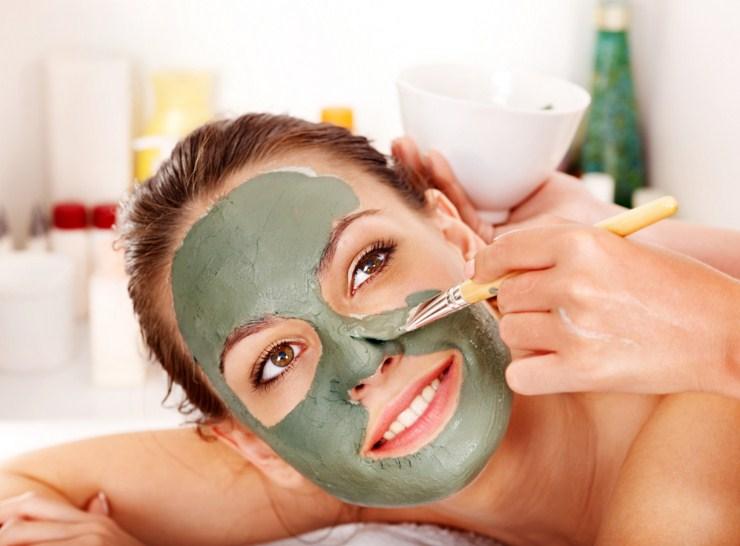 наносим маску из бадяги на лицо