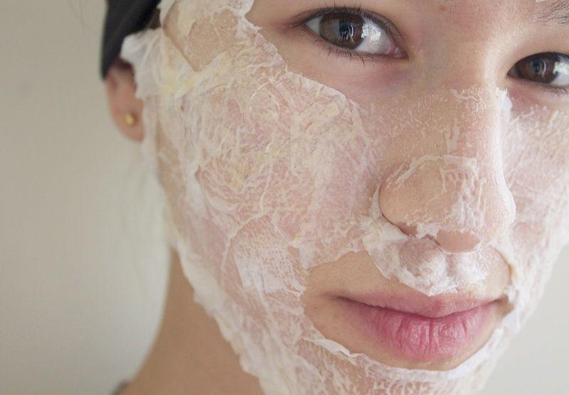 Нанесение маски из яйца на лицо
