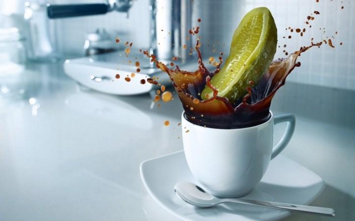 чашка кофе с соленым огурцом