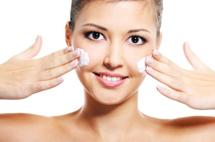 наносим крем на лицо