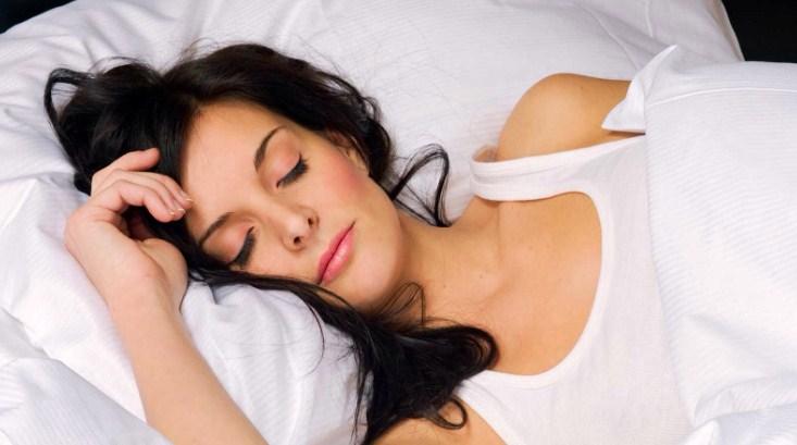 девушка спит с макияжем